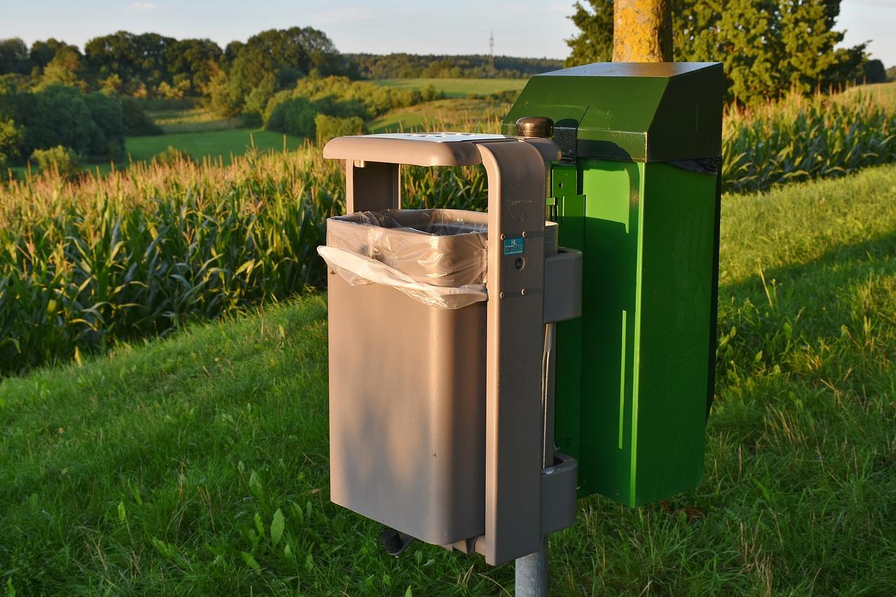 Kosze parkowe na śmieci: element małej architektury